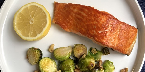 Pan-spržen Salmon and Roasted Brussels Sprouts
