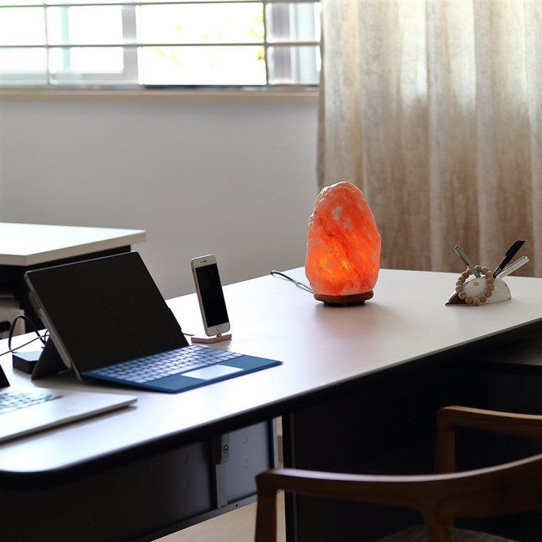 Himalajski salt lamp on table
