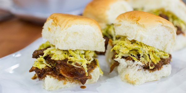 Lassú tűzhely Pulled Pork Sliders with Brussels Sprouts Slaw