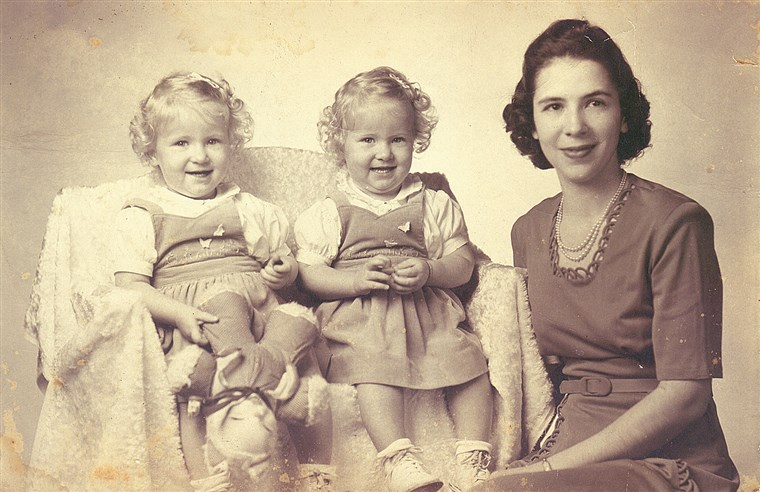 ऐन Williams with her twin daughters Marcy and Kappy in an image from the 1940s.