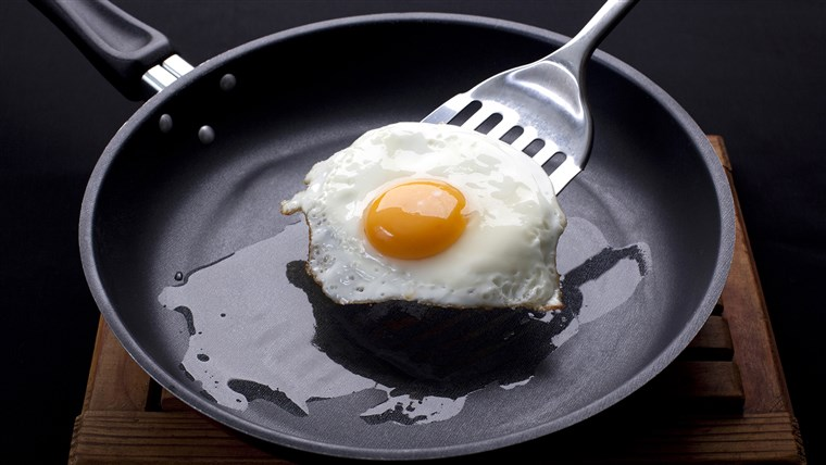 तला हुआ egg on a frying pan