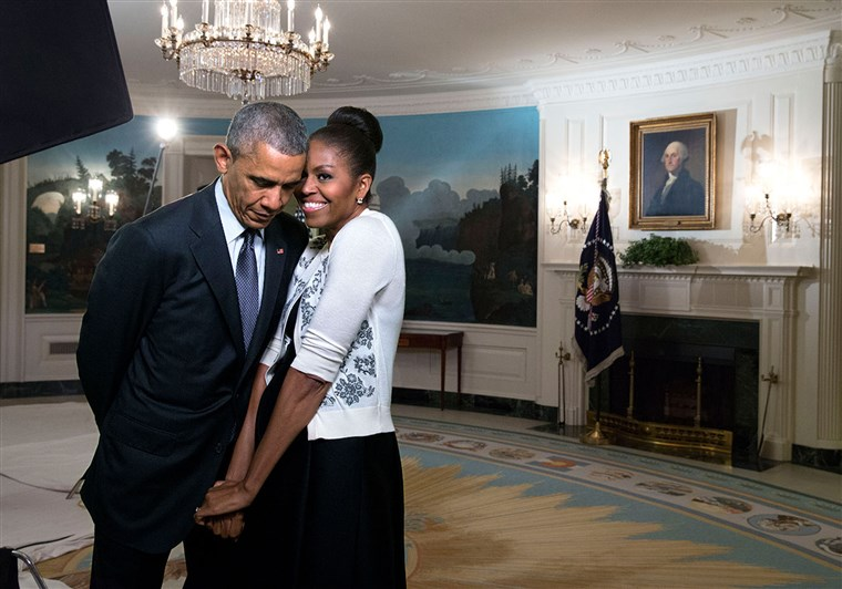 प्रथम Lady Michelle Obama snuggles against President Barack Obama before a videotaping for the 2015 World Expo, in the Diplomatic Reception Room of the White House, March 27, 2015.