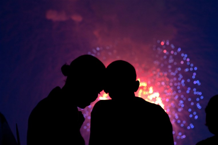 तस्वीर of President Obama and the first lady watching fireworks from the White House, July 4, 2010.