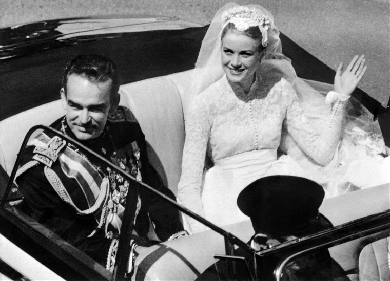 कृपा Kelly on her wedding day to Prince Rainier of Monaco.