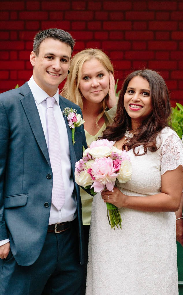 יסמין Pereira and Jon Bates didn't mind when comedian Amy Schumer photo-bombed their wedding photo shoot in London.