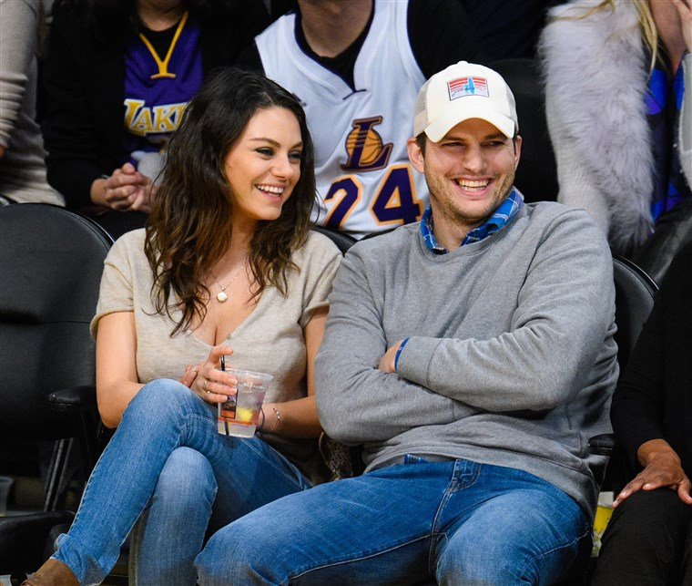 אשטון Kutcher and Mila Kunis at Lakers game
