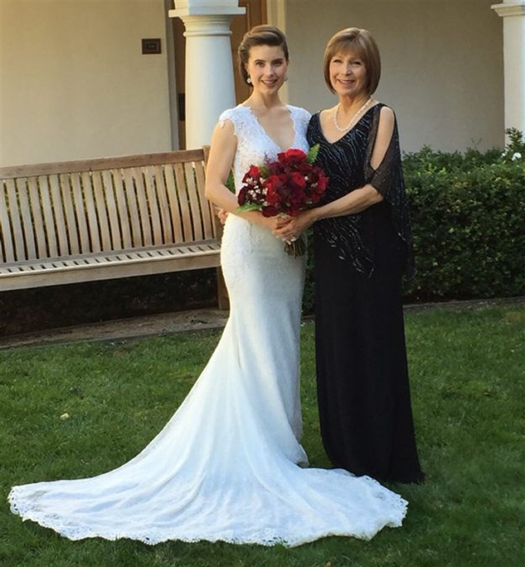टेलर Cox Lonsdale on her wedding day with her mother Leah Cox. Both women tested positive for the BRCA gene mutation.