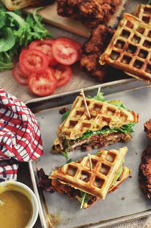 מטוגן chicken and waffle sandwiches