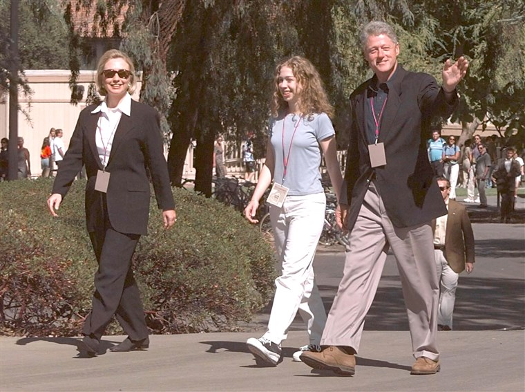 अमेरिका President Bill Clinton (R) walks with US First