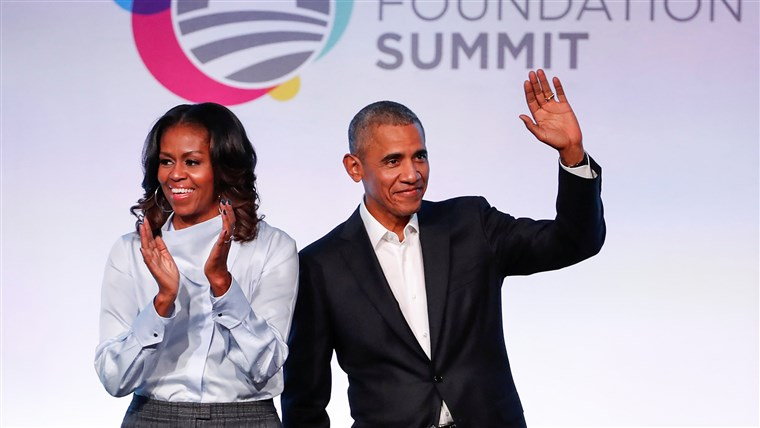 Kép: Former U.S. President Barack Obama and former first lady Michelle Obama arrive for the Obama Foundation Summit in Chicago