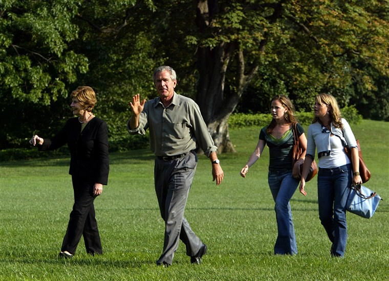 predsjednik George W. Bush and first lady Laura Bush walk with their twin daughters Jenna and Barbara Bush on the South Lawn of the White House in 2004.