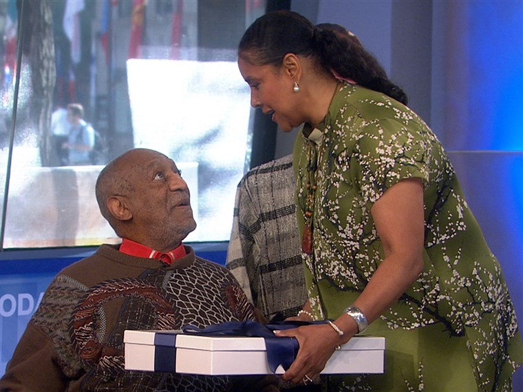Színésznő Phylicia Rashad presents a special gift to her former co-star, Bill Cosby.