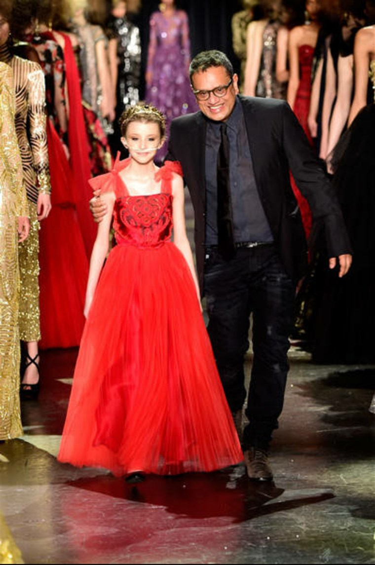 Dizajner Naeem Khan walks the runway with Trinity Faith Moran