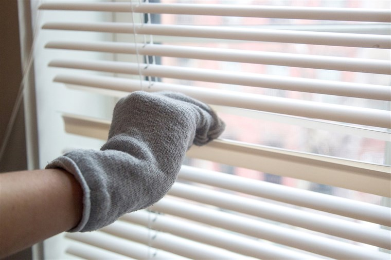 वसंत cleaning hacks - dust your blinds with an old sock