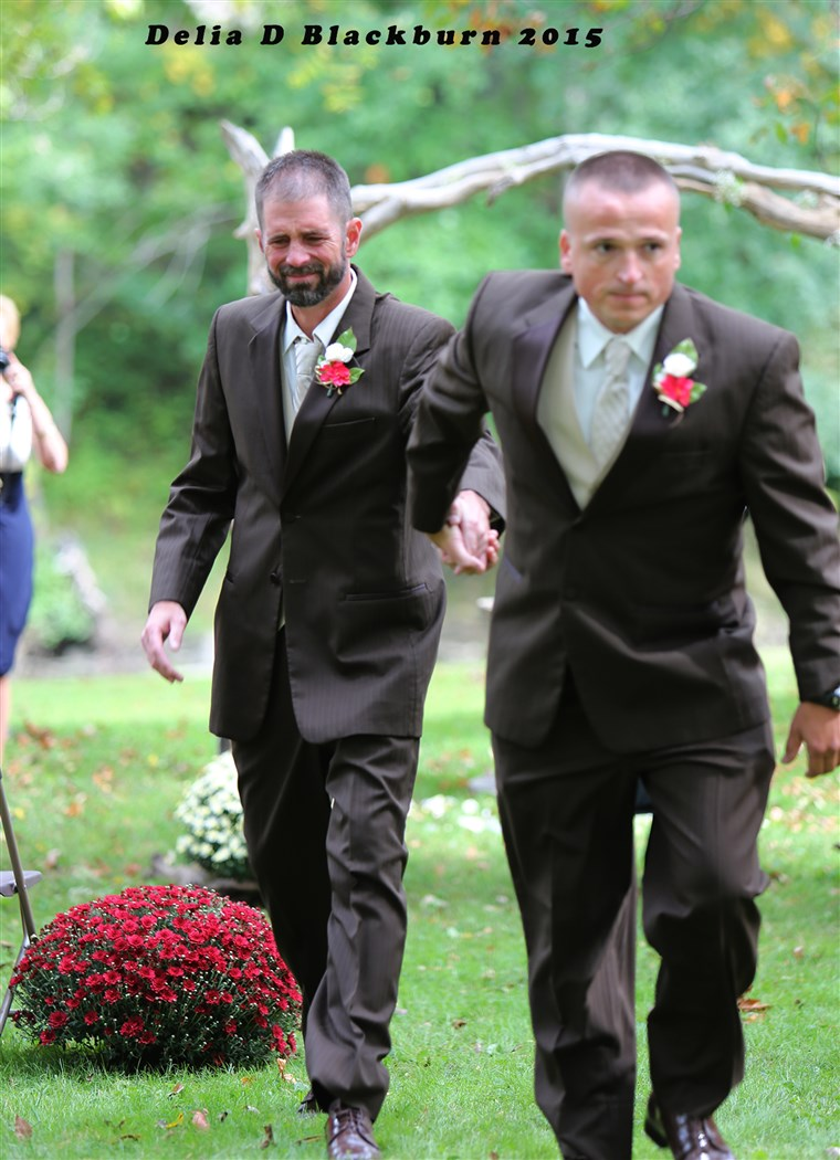 टोड Bachman and Todd Cendrosky shared father-of-the-bride duties and walked Brittany Peck down the aisle