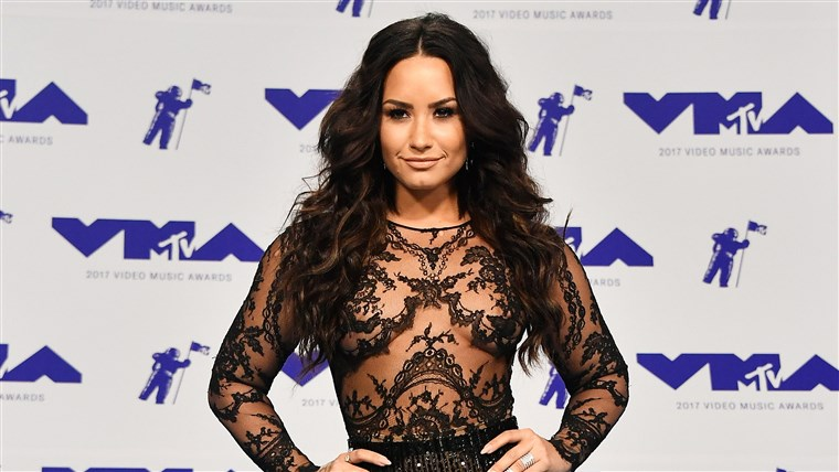 דמי Lovato smiles at the MTV Video Music Awards