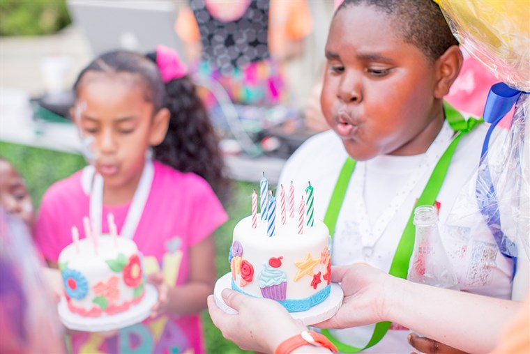 बेघर children blow out their birthday candles in Dallas.