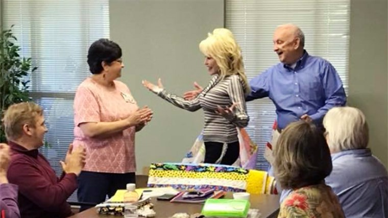 आश्चर्य! Dolly Parton showed up at a renaming of a senior center in Tennessee to the delight of a group of local senior citizens.