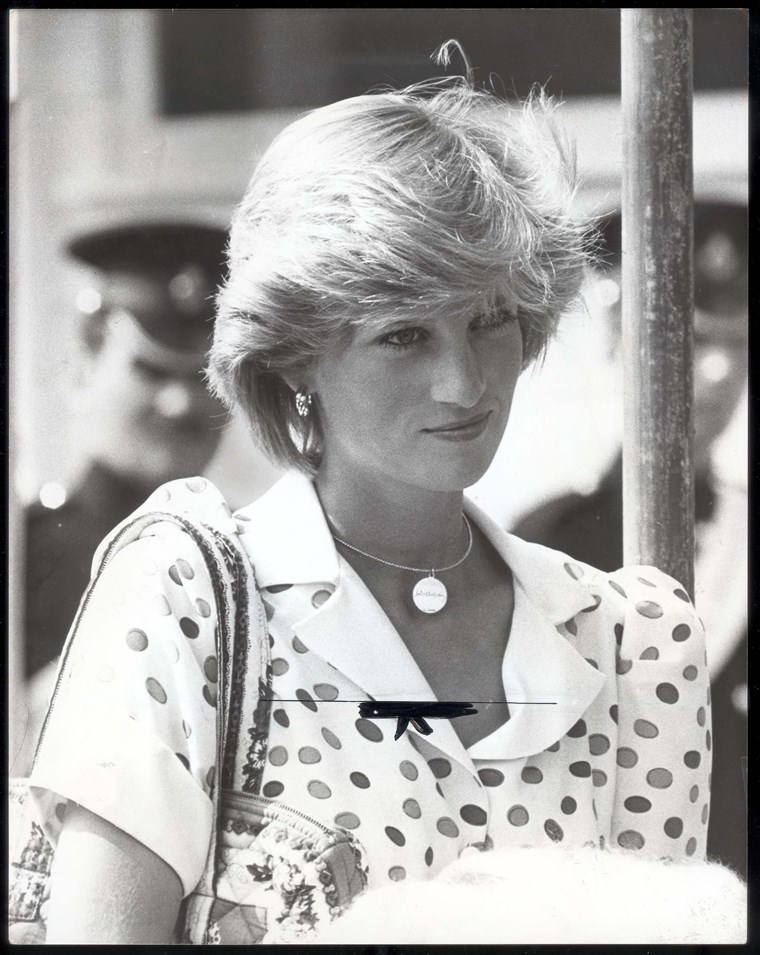 Hercegnő Diana At Polo With A Necklace Inscribed 'william'... The Yellow Gold Circle Is Engraved With The Name 'william' In Prince Charles' Writing. This Was A Present From Charles To Diana After The Birth Of Their Son.