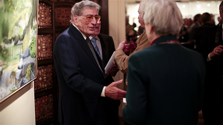 תמונה: Tony Bennett greets visitors to his exhibit in New York. The gallery of paintings and sculptures features work from throughout his career.