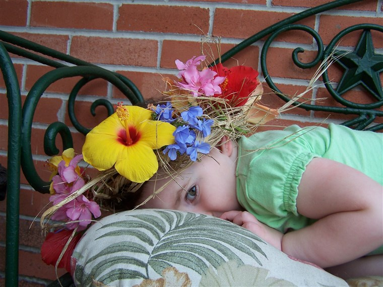 Előtt her neuroblastoma diagnosis, Brooke enjoyed picking flowers at home and wearing them in her hair.