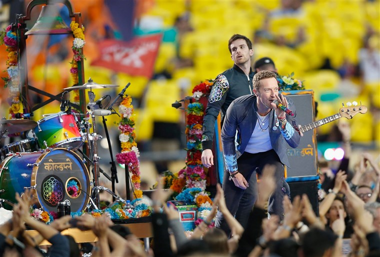 Hideg játék performs during the Pepsi Super Bowl 50 Halftime Show