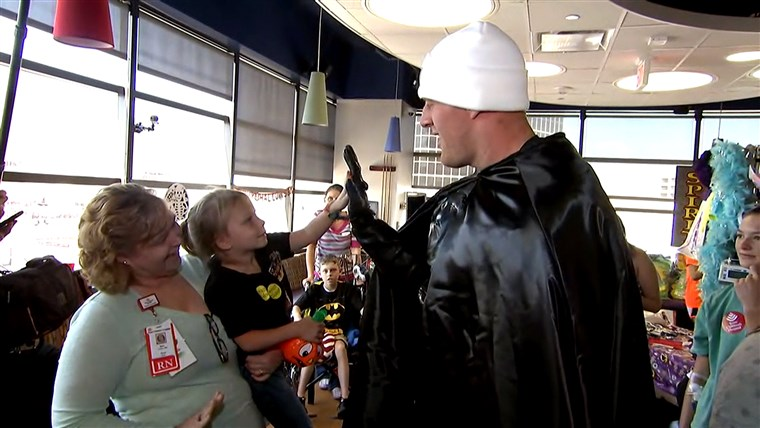 जे.जे. Watt is Batman! Texans star surprises children's hospital in character on TODAY