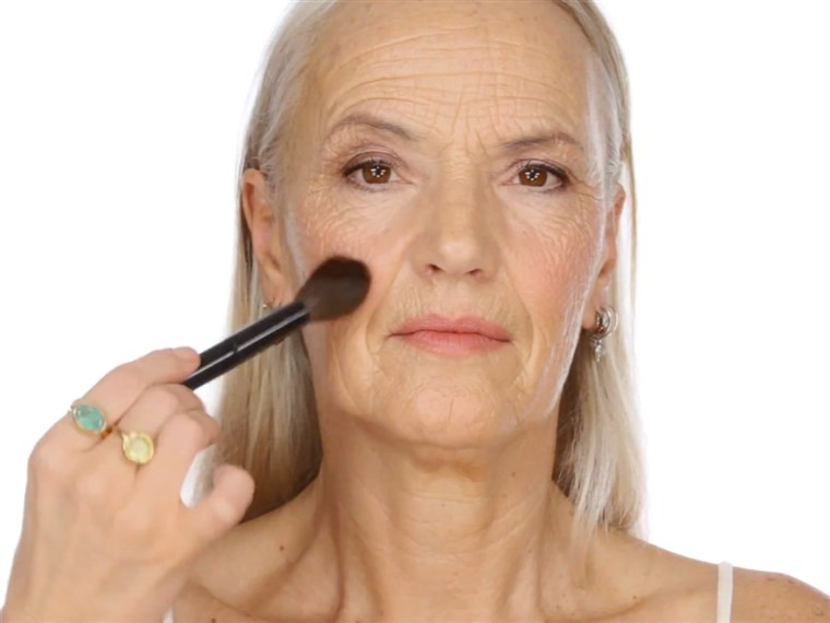 लिसा Eldridge's YouTube makeup tutorial for older women has become a hit, with fans declaring there's a lack of beauty tips for those battling wrinkles.