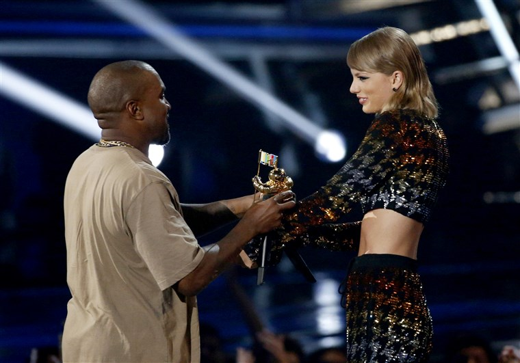 छवि: Swift presents the Video Vanguard Award to West at the 2015 MTV Video Music Awards in Los Angeles