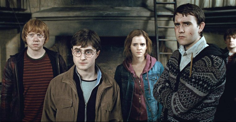 हैरी POTTER AND THE DEATHLY HALLOWS: PART 2, from left: Rupert Grint, Daniel Radcliffe, Emma Watson