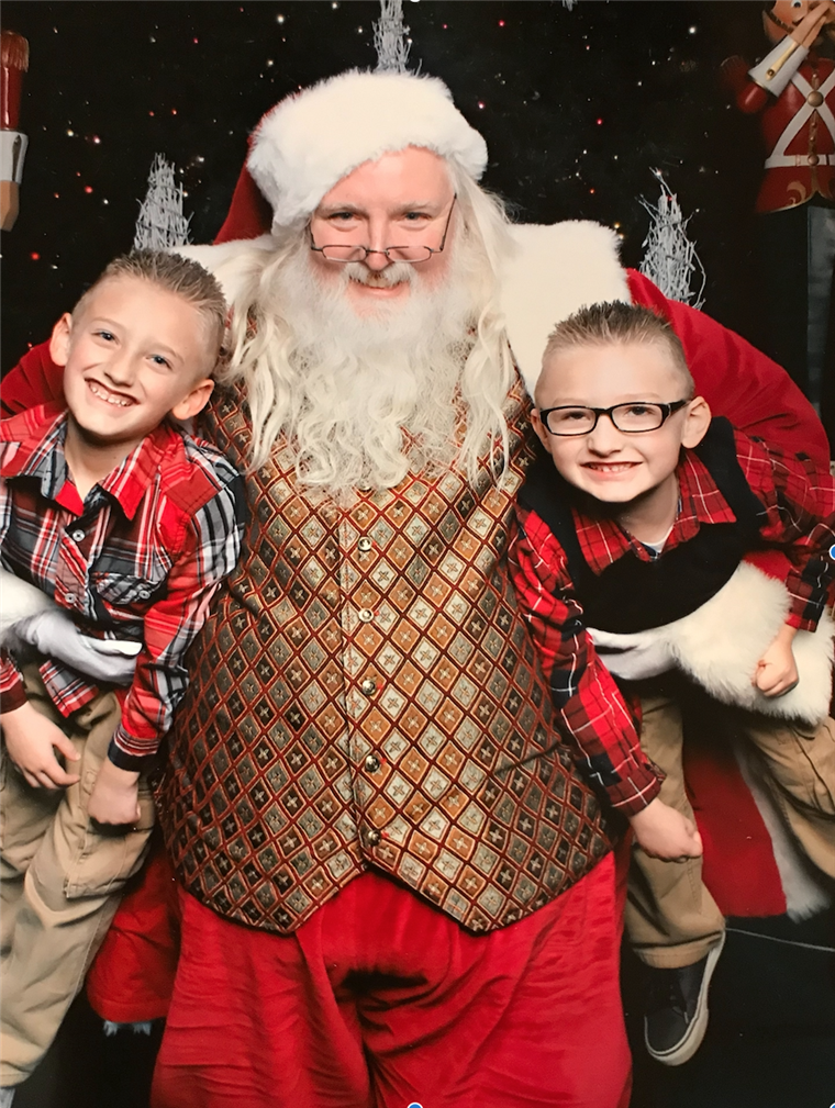 אליסה Kitchenman's sons, Aiden, 9, and Landen, 7, with Santa Scott.