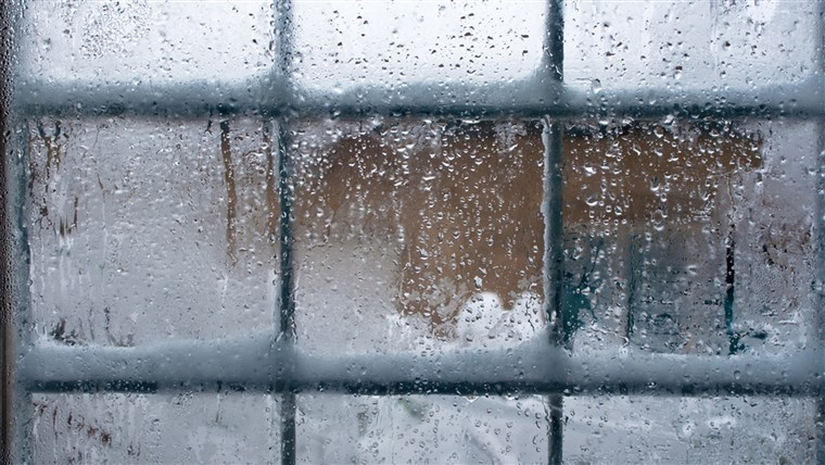 सर्दी window, drops of water and snowflakes on a window pane.
