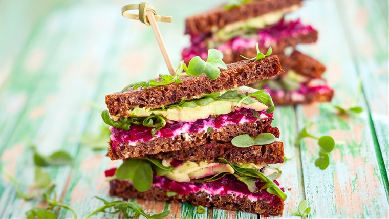Szendvics with beet, cheese, avocado and arugula
