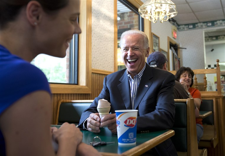 סגן President Joe Biden talks with Lisa McIntosh of Lewisburg, Ohio, as he stops for an ice cream cone at a Dairy Queen, Saturday, Sept. 8, 2012, in ...
