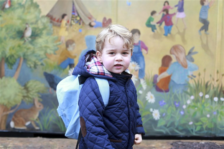 छवि: Britain's Prince George stands outside the Westacre Montessori School nursery in King's Lynn