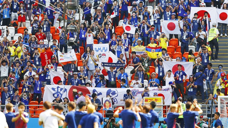 כדורגל fans cheer for the Japanese national football team in Saransk, Russia, on June 19, 2018, ahead of their World Cup group stage match against Colombia.