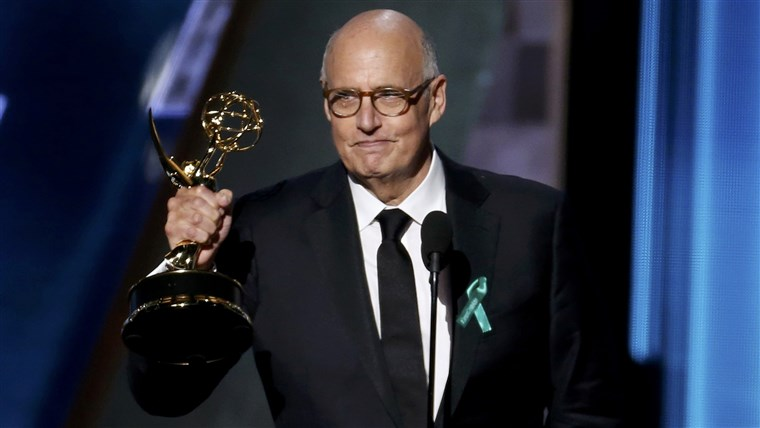 תמונה: Jeffrey Tambor accepts the award for Outstanding Lead Actor In A Comedy Series for Amazon Studios'