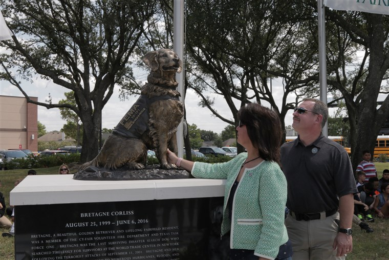 Denise and Randy Corliss react at the unveiling of Bretagne the dog's statue.