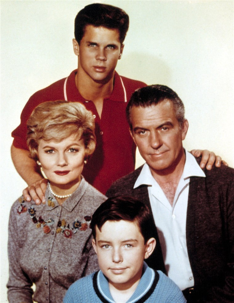 SZABADSÁG IT TO BEAVER, (top) Tony Dow, Barbara Billingsley, Hugh Beaumont, Jerry Mathers, 1957-63.