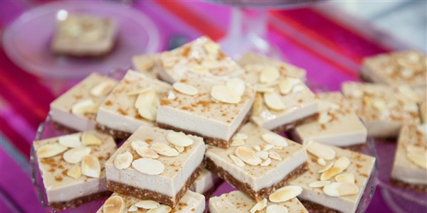 טבעוני Salted Almond Cheesecake Bars