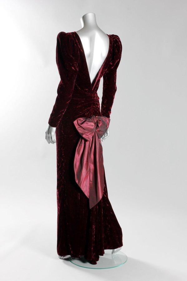 Hercegnő Diana wore this Catherine Walker burgundy crushed velvet evening gown during a state visit to Australia and to the film premiere of