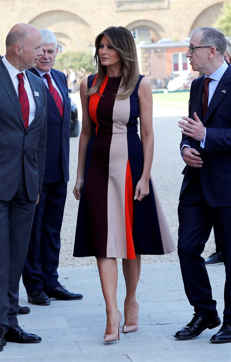 תמונה: U.S. First Lady Melania Trump and Philip May, the husband of Britain's Prime Minister Theresa May, visit the Royal Hospital Chelsea, where they are met by veterans, in central London