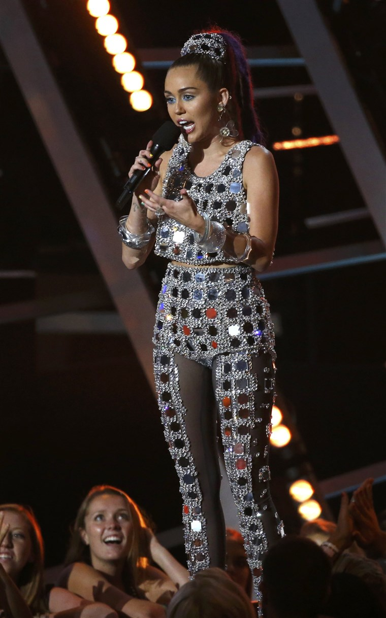 Előadás host Miley Cyrus at the 2015 MTV Video Music Awards in Los Angeles