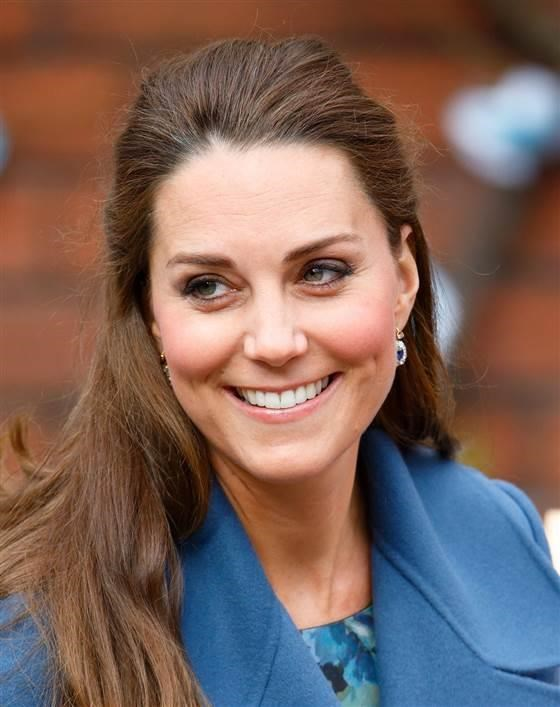 Vojvotkinja Kate sports gray roots on Feb. 18 while visiting the Emma Bridgewater pottery factory, which supports the East Anglia's Children's Hospices.