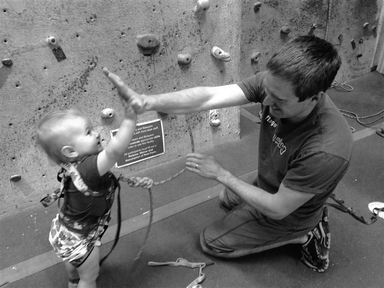 ज़क Farmer high fives his 20-month-old rock climbing daughter, Ellie