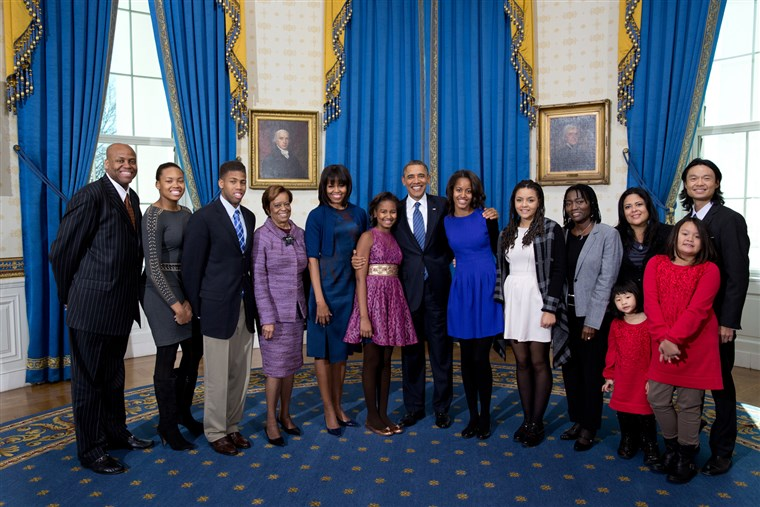 predsjednik Barack Obama, first lady Michelle Obama, and daughters Sasha and Malia, center, join their extended family for a group photo in the Blue Room of the White House on Inauguration Day, Sunday, Jan. 20, 2013. Joining the First Family from left are: Craig Robinson, Leslie Robinson, Avery Robinson, Marian Robinson, Akinyi Manners, Auma Obama, Maya Soetoro-Ng, Konrad Ng, Savita Ng, and Suhaila Ng.