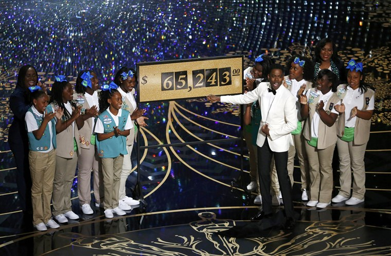 Kép: Show host Chris Rock reveals that $65,243.00 was raised when Girls Scouts sold cookies to the Oscars audience at the 88th Academy Awards in Hollywood