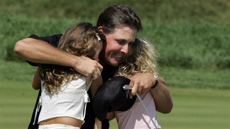 visszapillantás to 2005, when Mickelson hugged a much-younger Amanda, left, and daughter Sophia after winning the 87th PGA Championship.