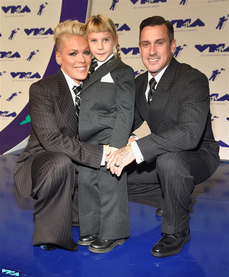 Rózsaszín with Carey Hart and daughter Willow at MTV Video Music Awards