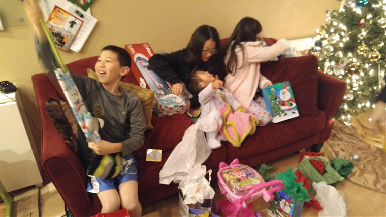 Rendőrség in Fremont, California, bought replacement Christmas presents for the Szeto family after their gifts were stolen